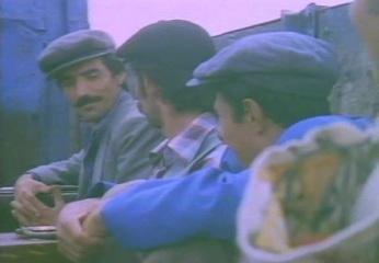 Zeytin toplayıcısı Bilo ve arkadaşları Almanya'ya gitmek için Maho ile anlaşmışlardır. Maho bir kamyonun arkasında onları götürecektir. Ancak Maho usta bir dolandırıcıdır. Köylüleri Almanya yerine diye İstanbul'a götürür ve ortadan kaybolur. Bilo ve arkadaşları İstanbul'da olduklarını öğrendiklerinde büyük bir şok geçirirler. Bu arada Maho zengin bir aile kızı olan Necla ile evlenmiş ve işlerin başına geçmiştir. Bilo Maho'yu bulmaya kararlıdır.