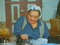 Yaşar Usta bir fabrikada işçi olarak çalışmakta ve çocuklarına bakmaktadır. Melek Hanım da Yaşar Usta gibi dul ve 3 çocuk annesidir. Görücü usulüyle anlaşır ve evlenmeye karar verirler. Ancak bu durumu çocuklarına anlatmak hiç de kolay olmayacaktır. Sonunda 2 aile birleşir ve aynı evde yaşamaya başlar.Melek Hanım'ın büyük oğlu Ferit, okuldan arkadaşı olan Alev'i sevmektedir. Ancak Alev, zengin bir fabrikatör olan Saim Bey'in kızıdır. Her ne kadar Alev babasını pek sevmese de, onun sıkı denetimi altında yaşamaktadır. Saim Bey, kızının Ferit'ten ayrılması için aileyi zor durumda bırakır..