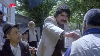 Osman sevdiği kızla evlenmek isteyen saf bir figürandır. Çalıştığı filmlerin setlerinde ortalığı birbirine katmaktadır, Seyfi ise yeraltı dünyasının ünlü babasıdır. Birgün Osman mahalledeki arkadaşlarıyla gazinoya gider, gazino sahipleri onu Mafya babası Seyfi sanarak ona haraç verirler. Düşman olduğu diğer mafya babalarıyla mücadele eden Seyfi'yle, mahallesini hacizden kurtarmaya çalışan Osman'ın hayatları tesadüfen birbirine karışır.