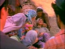 Köyün erkeklerinin maço davranışlarından bunalarak örgütlenen ve erkeklerin zorbalığına başkaldıran kadınların öyküsü.