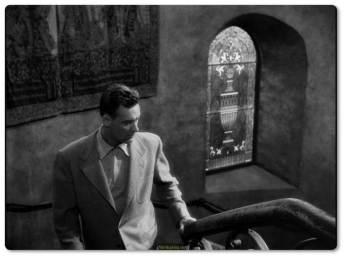 Film genç senarist Joe Gillis'in bir havuzda kanlar içinde yüzüstü yatarken görüntüsü eşliğinde, anlatıcı Joe'nun bizi altı ay öncesine götürmesiyle açılır. Yazdığı senaryoları satamadığı ve kimseden ödünç para bulamadığı için maddi durumu kötüleşen Joe'nun başı eski borçlarıyla derttedir. Arabasını borçlarına karşılık geri almak isteyen alacaklılarından kaçarken Sunset Bulvarı'ndaki bir eve sığınır.